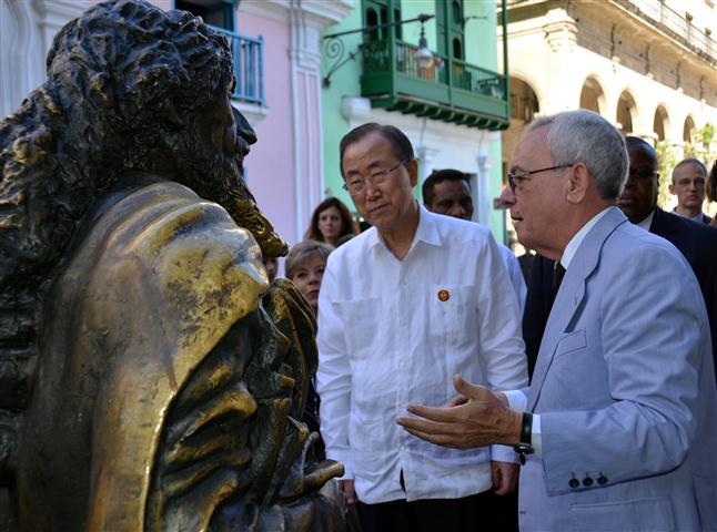 El Secretario General de la Organización de Naciones Unidas Ban Ki-moon, se detuvo en espacios de especial atractivo como la estatua del mítico Caballero de París, símbolo habanero