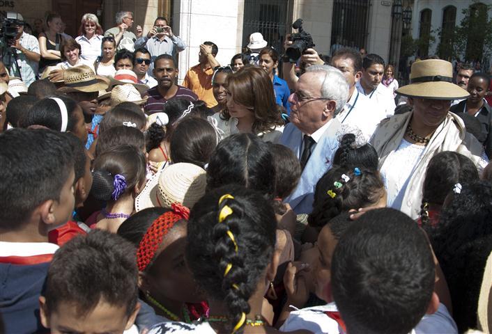 Los niños de la escuela Ángela Landa recibieron a las primeras damas