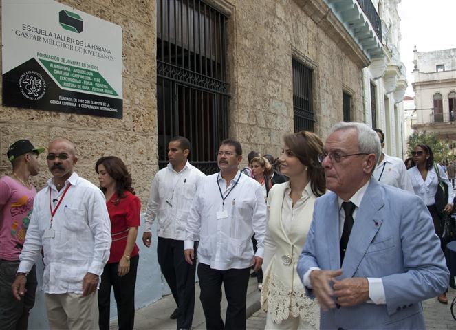 """El Dr. Leal, durante el recorrido, hizo referencia a la Escuela Taller """"Gaspar Melchor de Jovellanos"""""""