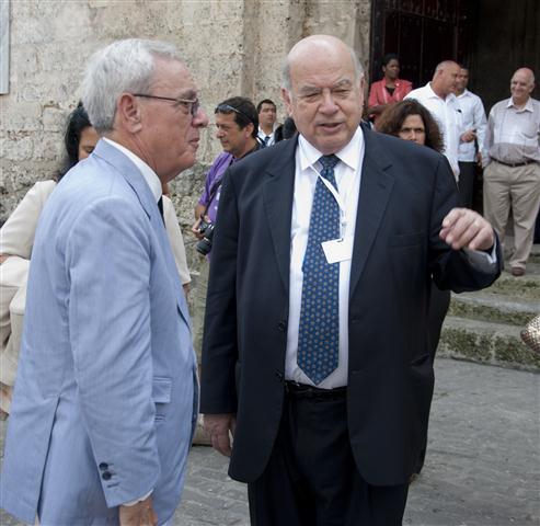 El Señor José Miguel Insulza, Secretario General de la Organización de los Estados Americanos (OEA), junto al Historiador de la Ciudad