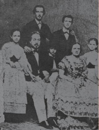 De pie y con bigotes, Ignacio Agramonte aparece junto a sus padres y a sus hermanos Enrique, Francisca, Loreto y Mariana.