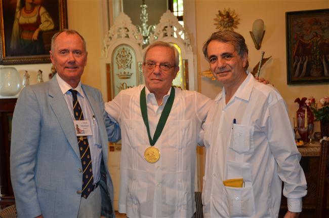 El Señor J. David Markham, Presidente de la Sociedad Napoleónica Internacional junto  al Doctor Eusebio Leal Spengler y el Señor Jean Mendelson, Embajador de la República de Francia en Cuba